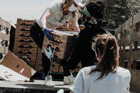 bénévoles humanitaires déchargeant un camiion